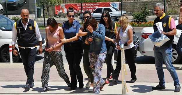 Alanya'da sosyete giyimli 2 kadın tutuklandı