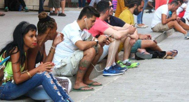 Kübalılar Yıllar Sonra Cep Telefonlarından İnternete Erişebilecek