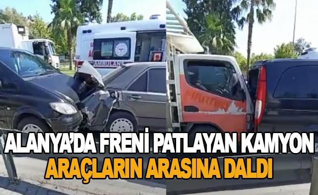 Alanya'da freni patlayan kamyon araçların arasına daldı