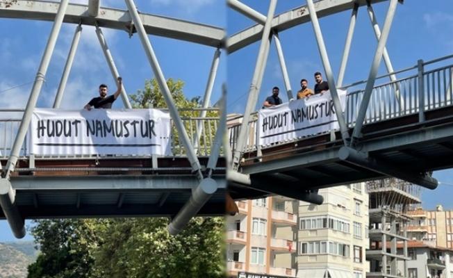 Yılmaz, üst geçitlere 'Hudut Namustur' yazılı pankart astı