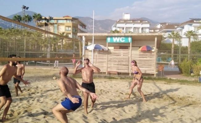 Alanya'da plaj voleybol turnuvasına yoğun ilgi