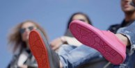 Sokaklardan Çiğnenmiş Sakızları Toplayıp Ayakkabı Üretiyorlar