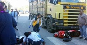 Ambulansa yol vermek isteyen motosikletli kıza kamyon çarptı