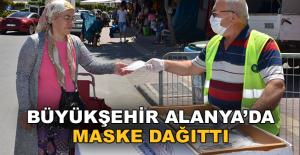 Büyükşehir Alanya'da maske dağıttı