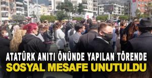 Atatürk anıtı önünde yapılan törende sosyal mesafe unutuldu