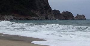 Kadın Turist Dalgalı Denizde Yüzdü