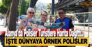 Alanya'da Polisler Turistlere Harita Dağıttı