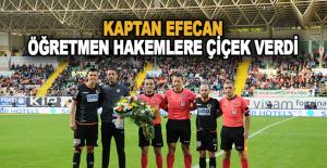 Kaptan Efecan Öğretmen Hakemlere Çiçek Verdi