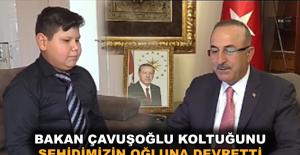 Bakan Çavuşoğlu koltuğunu Alanyalı şehidimizin oğluna devretti