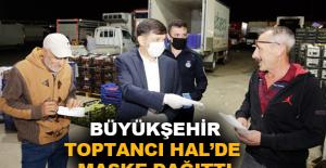 Büyükşehir Toptancı Hal'de maske dağıttı