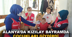 Alanya Kızılay Bayramda Çocukları Giydirdi