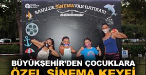 Çocuklara özel sahilde sinema keyfi